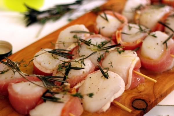Pétoncles enrobés de bacon et fines herbes cuits sur la planche d'érable